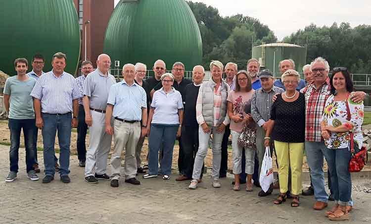 Herr Strugholz 1.v.l. und Herr Schwartze 3.v.l. führten die Radler durch das Zentralklärwerk Lippstadt